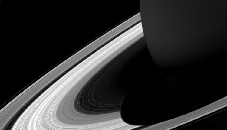 حلقههای زحل راز پنهانشده زیر هزاران کیلومتر گاز را آشکار میکنند